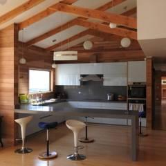 CASA  LAS LOMAS.: Cocinas de estilo  por U.R.Q. Arquitectura