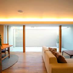 清須の家: 浦瀬建築設計事務所が手掛けたリビングです。