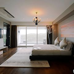 Villas:  Bedroom by Grandeur Interiors