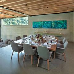 La Casa en el Bosque: Comedores de estilo  por grupoarquitectura, Moderno