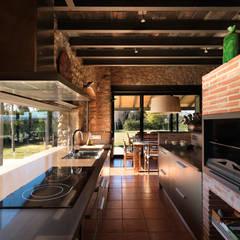 VIVIENDA UNIFAMILIAR AISLADA EN SIURANA, ALT EMPORDÀ: Cocinas de estilo  de Irabé Projectes