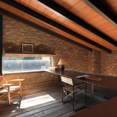 VIVIENDA UNIFAMILIAR AISLADA EN SIURANA, ALT EMPORDÀ: Estudios y despachos de estilo  de Irabé Projectes
