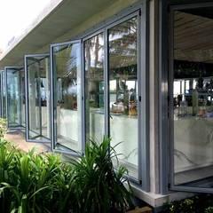 Puertas Plegadizas en Resort de una isla – Maldivas : Ventanas de estilo  por AIRCLOS