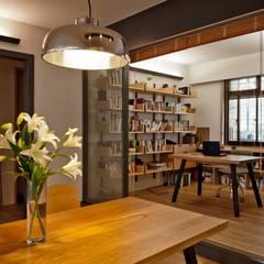 Oficinas de estilo  por 直方設計有限公司