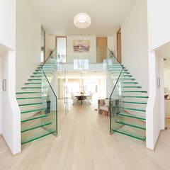 Gespiegelte Ganzglastreppen - 2 wie eine:  Flur & Diele von Siller Treppen/Stairs/Scale