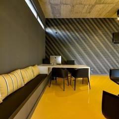 Decoração de interior moderna e original: Stands de automóveis  por MOYO Concept