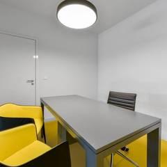 Decoração sala de reuniões: Stands de automóveis  por MOYO Concept