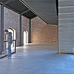 Mattoni da recupero e cemento: Ingresso & Corridoio in stile  di estudoquarto s.r.l.