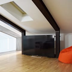 rock house di estudoquarto studio di architettura a verona: Sala multimediale in stile  di estudoquarto s.r.l.