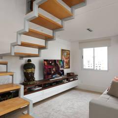 Loft Duplex - Morumbi São Paulo - Escada: Corredores e halls de entrada  por Antonio Armando Arquitetura & Design