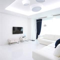 화이트 블루 인테리어의 38평 아파트: 로하디자인의  거실,지중해