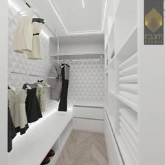 Apartament w stylu nowojorskim: styl , w kategorii Garderoba zaprojektowany przez ROOM STUDIO