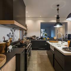 Modern Farmhouse - Silverlakes Nature Reserve:  Kitchen by Karel Keuler Architects,