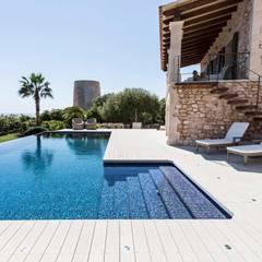 WPC Außendielen im Außenbereich der Villa: mediterraner Pool von MYDECK GmbH