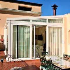 Casa con piscina.: Terrazza in stile  di Imperatore Architetti