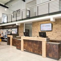 Verkaufstheke:  Geschäftsräume & Stores von alegroo - interior design