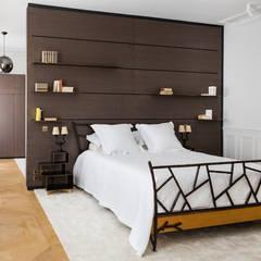 Appartement X: Chambre de style  par STUDIO RAZAVI ARCHITECTURE