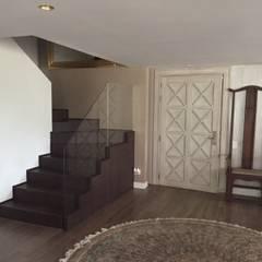Escaleras acceso: Pasillos y vestíbulos de estilo  por Ecologik
