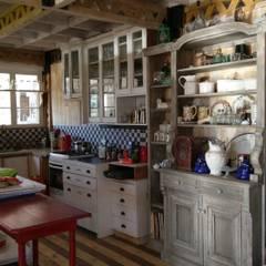 DISEÑO DE CASA EN PELEQUÉN ISABEL RAIES R.: Cocinas de estilo  por Dušan Marinković - Arquitectura - Santiago