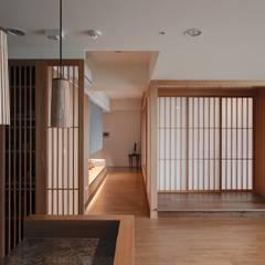Corredores e halls de entrada  por 直方設計有限公司