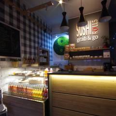 Sushi Rolls Grab&Go Kraków: styl , w kategorii Bary i kluby zaprojektowany przez Kvadrat Design