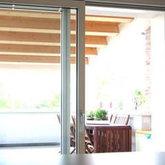 la terrazza: Finestre in stile  di LAD studio