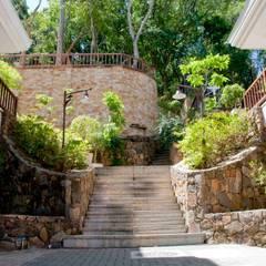 Condomínio Horizontal Quinta do Arvoredo: Corredores e halls de entrada  por CABRAL Arquitetos