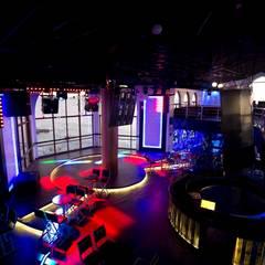 Barra y pista de baile junto al mar: Bares y discotecas de estilo  por 360arquitectura