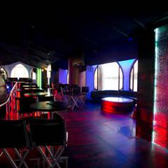 Área de mesas en segunda planta : Bares y discotecas de estilo  por 360arquitectura