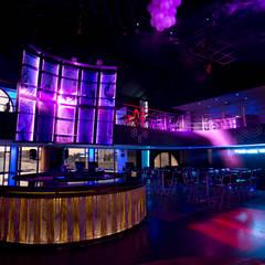 Barra principal y pantallas LED: Bares y discotecas de estilo  por 360arquitectura