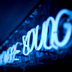 Anuncio luminoso de Neón: Bares y discotecas de estilo  por 360arquitectura