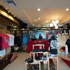 Interiore del local : Espacios comerciales de estilo  por 360arquitectura