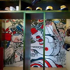 Graffiti aplicado en madera de huanacaxtle, diseñado por artistas locales: Espacios comerciales de estilo  por 360arquitectura
