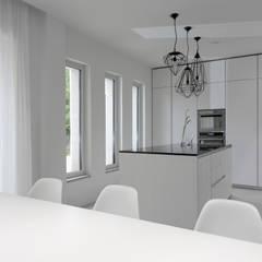 Bianco Continuo: Cucina in stile in stile Minimalista di Melissa Giacchi Architetto d'Interni