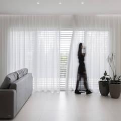 Bianco Continuo: Finestre in stile  di Melissa Giacchi Architetto d'Interni