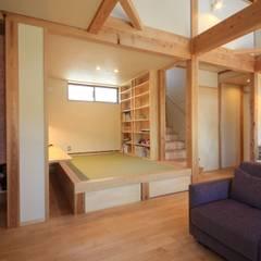 Salas multimedias de estilo  por 田村建築設計工房