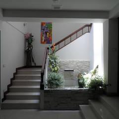 Serenita resident:  ระเบียงและโถงทางเดิน by SDofA Architect