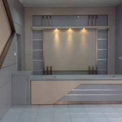 Desain interior ruangan:  Ruang Kerja by desainrumahterbaik