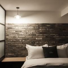 방이동 호텔 라세르: 윤홍디자인의  침실,