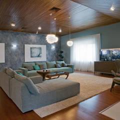 Дом с мужским характером: Медиа комнаты в . Автор – дизайн-студия ПРОСТРАНСТВО ДИЗАЙНА