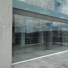 Casa en El Hatillo: Terrazas de estilo  por MARATEA Estudio, Minimalista Vidrio