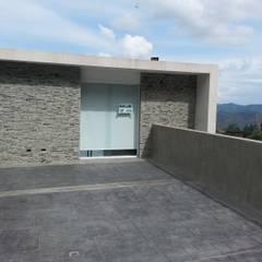 Casa en El Hatillo: Terrazas de estilo  por MARATEA Estudio, Minimalista Concreto