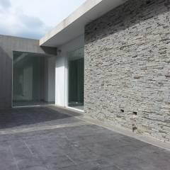 Casa en El Hatillo: Terrazas de estilo  por MARATEA Estudio, Minimalista Piedra