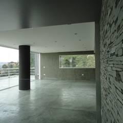 Casa en El Hatillo: Salas de entretenimiento de estilo  por MARATEA Estudio, Minimalista Piedra