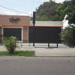 Fachada Principal : Restaurantes de estilo  por Arq. Alberto Quero