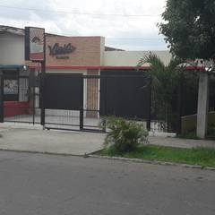 Fachada Principal: Restaurantes de estilo  por Arq. Alberto Quero