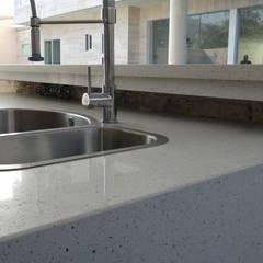 Topes en Cuarzo Blanco Diamante: Cocinas de estilo  por Revestimientos La Cantera c.a.,