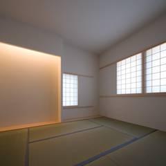 侘び寂び: 加藤裕一 / KSA が手掛けた和室です。