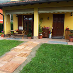 Sentiero con mattonelle da esterno in legno di Ipè: Giardino in stile  di ONLYWOOD