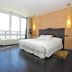 Ático en Benidorm : Dormitorios de estilo  de TRAZOS D´INTERIORS